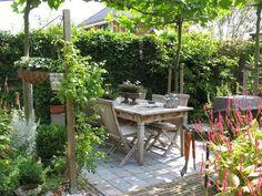 Terrace: combination of paving stones and small walls - Garden Design Little Gardens, Back Gardens, Small Gardens, Outdoor Gardens, Pergola, Garden Animals, Small Garden Design, Felder, Garden Spaces