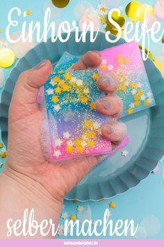 Seife selber machen ist einfach und ein tolles Geschenk. Einhorn Seife mit Kinde Seife selber machen ist einfach und ein tolles Geschenk. Einhorn Seife mit Kindern machen macht Spaß im Sommer und in den Ferien und ist auch eine tolle Geschenkidee und Bastelidee. Selbstgemachte Seife mit toller Geschenkverpackung ist ein tolles Geschenk zum Geburtstag. Kosmetik selber machen ist modern und frei von künstlichen Inhaltsstoffen. DIY Seife selber machen Seife selber machen einfach Seife einfach…