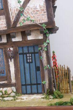Le bout de jardin et la réserve de bûches - Photo de The crooked house et Peau d'âne - Humpty Dumpty