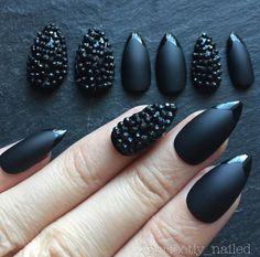 Tachas mate negro pintado a mano False Nails  por PerfectlyNailed