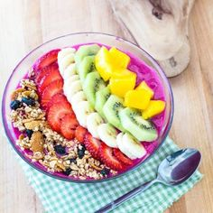 Build a stunning dragon fruit smoothie bowl that is filled with nutrients and definitely social media worthy. We searched the Internet for the most worthy smoothie bowl recipes and gathered them for you to try (and post too) Enjoy! Healthy Desayunos, Healthy Smoothies, Healthy Snacks, Healthy Recipes, Fruit Smoothies, Eating Healthy, Homemade Smoothies, Healthy Juices, Healthy Breakfasts