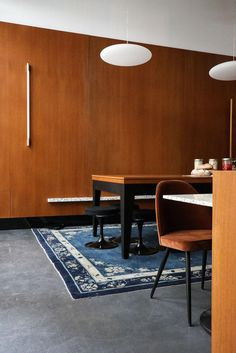 The Socialite Family | Coin billard chez The Bureau. #adresse #address #thesocialitefamily #ateliermkd #thebureau #coworking #paris #luxe #new #neuehouse #60 #chic #elegance #billard #rug #tapis #lamp #luminaire #haos #déco #architecture #wood #bois #vintage #furniture #restaurant