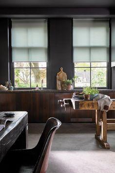 rolgordijn keuken | industriële raamdecoratie | industriele raambekleding | rolgordijn industrieel interieur stoer | industrieel interieur woonkamer warm | industrieel huis | industriele rolgordijnen industrieel wonen | industrieel decoreren | industrieel ontwerp meubelen | industriele woonkamer kleuren | industriele slaapkamer gordijnen industrieel interieur | industriële gordijnen | industriele look gordijnen | houten jaloezieen industrieel | industriele look gordijnen | Roller Blinds, Dining Bench, Cozy, Random Things, Furniture, Board, Home Decor, Style, Swag