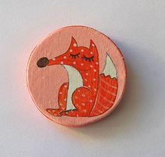 Spilla in legno dipinta a mano con una volpe. Handmade wood pin with fox.
