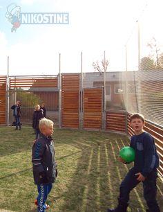 Børnene ser ud til at have det sjovt på fodboldbanen på Bredsten-Gadbjerg skole. Her er der underholdning til mange mange timer. Monteret af Nikostine i 2014.  #Multibane #Pannabane #Panna #Boldbane #Boldspil #Fodbold #Nikostine