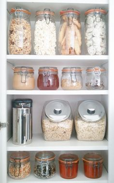 Low waste living Declaring your abode a plastic-free home can seem like a huge undertaking, but it can be quite simple if you abide by these 5 small, dead-simple switches. Bea Johnson Zero Waste, Beddinge, Organizing Hacks, Organising, Bulk Food, Hygge Home, Minimalist Kitchen, Home Hacks, Simple House