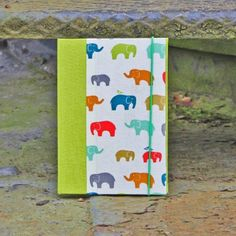 Babytagebuch-gruen-mit-bunten-Elefanten