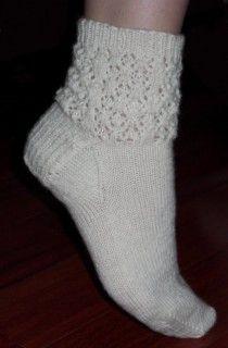 Avec tuto Ravelry: Snow Crystals Socks pattern by Melissa Jenkins-Cox Lace Socks, Knitted Slippers, My Socks, Crochet Slippers, Slipper Socks, Knit Crochet, Ankle Socks, Crochet Granny, Baby Booties Knitting Pattern