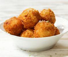 Egy finom Sajtgolyó villámgyorsan ebédre vagy vacsorára? Sajtgolyó villámgyorsan Receptek a Mindmegette.hu Recept gyűjteményében!