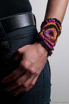 """handgemachte Freestyle häkeln Manschette - """"Pandora"""" Armband Manschette mit Schnürung schwarz-rosa-rot-Orange häkeln"""