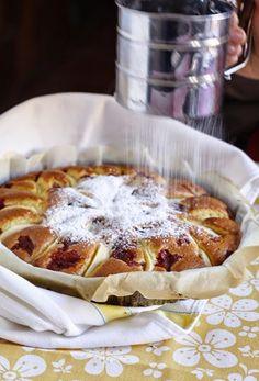 TORTA DI MELE E MARMELLATA. RICETTA VERIFICATA DA GABY: OTTIMA. Ho usato la mia marmellata d'arancia preparata con il Bimby. È una torta molto soffice e con pochissimi grassi ( solo 50g di olio). Cercare di non affondare le fette di mela per renderle più evidenti dopo la cottura. Italian Cake, Italian Desserts, Italian Recipes, Apple Recipes, Baking Recipes, Cake Recipes, Sweet Light, My Favorite Food, Favorite Recipes