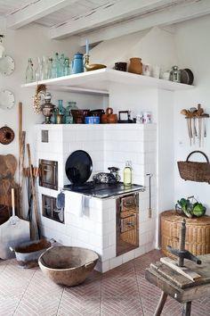 Kuchenny piec z kafli pochodzących z pobliskiej pracowni ceramicznej.