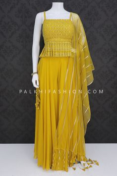 Indian Dresses Online, Indian Gowns, Indian Fashion Dresses, Indian Designer Outfits, Pakistani Dresses, Indian Outfits, Gowns Online, Sharara Designs, Fancy Dress Design