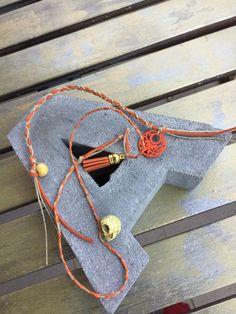 """""""Adonia""""  Pulsera trenzada en color naranja y beige ideal para llevar en la muñeca y el tobillo."""