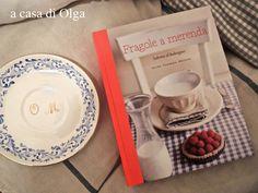 """Olga ama i libri di cucina e ha una collezione di stoviglie vintage come le mie: a casa sua """"Fragole a merenda"""" non si apre a caso, ma diviene un'occasione di gioco a distanza! Numero 3: il piattino da torta che starebbe bene con la tovaglietta di copertina... #quifragoleamerenda"""