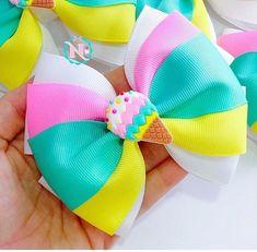 Como Fazer Laços de Cabelo - Passo a Passo, Modelos e Mais! Ribbon Hair Bows, Diy Hair Bows, Diy Bow, Diy Ribbon, Ribbon Flower, Fabric Flowers, How To Make Hair, How To Make Bows, Hair Bow Tutorial