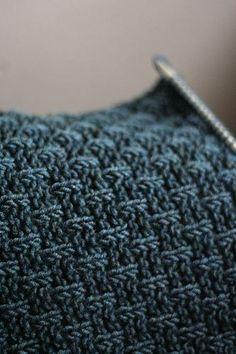 Knitulator sucht interessante #Strickmuster: eine Masche re, zwei Maschen links und nach zwei Reihen versetzen #stricken #Perlmuster #Strickapp #knitting #knit #rapport # www.knitulator.com