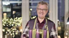 Jul hos Claus Dalby (1) Julehyggen breder sig i juleværkstedet som bugner af kogler, mos og stearinlys, når Claus Dalby laver adventsdekorationer til både ude og inde. Lav, sølvkogler og lærkegrene i oasis bliver til den skønneste dekoration til stuen. I udekøkkenet bliver de 4 lys sat i en pudemoskrans.