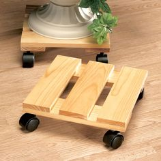 Rolling Platform is a good solution to move heavy stuff easily! Woodworking Projects Diy, Diy Wood Projects, Wood Crafts, Wooden Plant Stands, House Plants Decor, Diy Holz, Pallet Furniture, Wood Pallets, Diy Home Decor