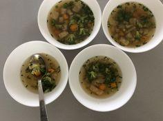 Hovězí vývar s mrkví, celerem, brokolicí a pažitkou