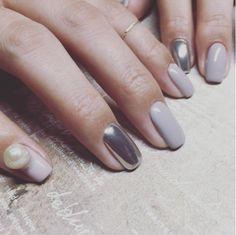 ネイル界で話題沸騰中のミラーネイル。ツヤツヤキラキラのメタリックな質感は秋冬ファッションのコーディネートにアクセントを与えてくれます。アクセサリー不要の輝きを放つミラーネイルをご紹介します。 Manicure And Pedicure, Gel Nails, Nail Polish, Love Nails, How To Do Nails, The Claw, Perfect Nails, Nail Trends, Winter Nails