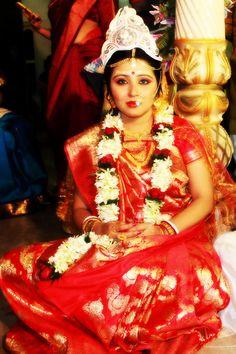 Bengali Bride Bengali Wedding, Bengali Bride, India Wedding, Wedding Bride, Bridal Make Up, Bridal Looks, Red Sari, Indian Silk Sarees, Bollywood