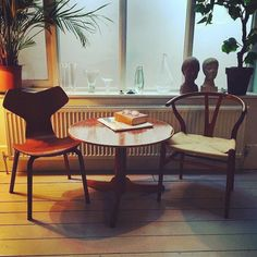 "This 1957 Gran Prix chair with some other distinguished Midcentury Modern pieces 😍 Via @midcentury_modern:See more from #scandesignclassic on #themodernmarketplace The Arne Jacobsen ""Grand Prix"" chair got its name from winning the Milan 1957 triennial. #svenskttenn #joseffrank #arnejacobsen #grandprixchair #wegner #wishbonechair #ychair #midcenturymodern #interiors #modernshows #midcentury_modern"