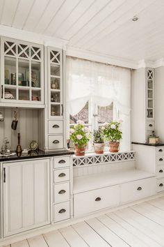 Astume sisse kodusse Rootsis, mis on skandinaaviapäraselt hele, kuid stiililt… Rustic Living Room Furniture, Home Furniture, Bench Furniture, Farmhouse Style Kitchen, Rustic Kitchen, Ikea Bodbyn, Sage Green Kitchen, Kitchen White, Küchen Design