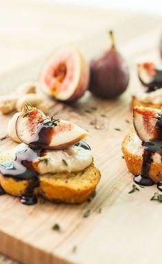 amuse bouche rapide pour apero fromage de noix de cajoo avec figues et reduction de vinaigre de balsamique sur planches de bois Mini Pizza, Camembert Cheese, Dairy, Cheese Quiche, Figs, Vinegar, Sushi Platter