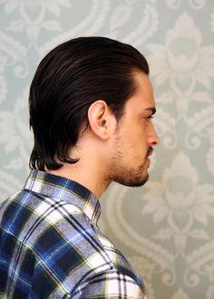 Os cortes em comprimentos médios e de médio para curto estão em alta para os homens. No vídeo, além do corte e suas inspirações, vemos duas formas de pente Haircuts For Wavy Hair, Slick Hairstyles, Long Hair Cuts, Hairstyles Haircuts, Haircuts For Men, Combed Back Hair, Slicked Back Hair, Medium Hair Styles, Short Hair Styles