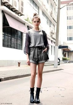 street style in shorts l wantering.com