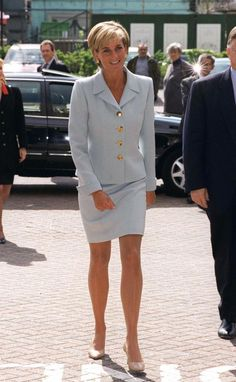 Diana, Princess Of Wales, Visiting The Royal Brompton Hostpital To Meet Young Cystic Fibrosis Sufferers. Princess Diana Is Wearing A Pale Blue Suit Designed By Versace. (Photo by Tim Graham/Getty Images) Princess Diana Death, Princess Diana Fashion, Royal Princess, Princess Of Wales, Aladdin Princess, Princess Aurora, Princess Bubblegum, Lady Diana Spencer, Princesa Diana
