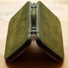 [Wallet Making -Chromexcel(Horween):Burgundy -Buttero(Walpier):Burgundy Leather Purses, Leather Handbags, Leather Wallet, Leather Gifts, Leather Craft, Leather Bag Tutorial, Men Clutch Bag, Leather Makeup Bag, Leather Workshop