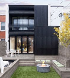 Image 1 of 17 from gallery of La Loge / Nathalie Thibodeau Architecte. Photograph by Maxime Brouillet Modern Architecture House, Residential Architecture, Architecture Details, Sustainable Architecture, Townhouse Garden, Black House Exterior, Casas Containers, Design Exterior, Cottage Renovation