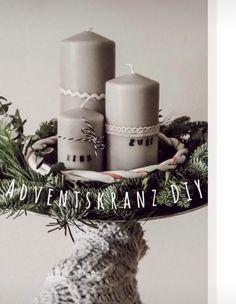 Aus wenig Material, einen wundervoll-einfachen Adventskranz zaubern 🎄 Advent, Pillar Candles, Material, Princess, Diy, Wizards, Crown Cake, Bricolage, Do It Yourself