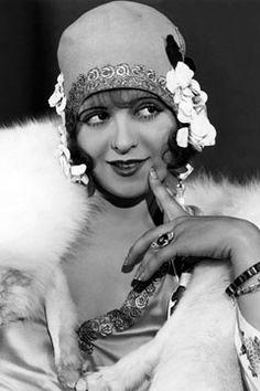 """Clara Bow nổi lên như 1 hiện tượng,từ 1 cô gái nông thôn đóng fim và trở nên nổi tiếng.Nhiều phụ nữ thời đó đã lấy clara làm chuẩn mực và luôn ao ước trở thành người như cô.Bộ film """"If"""" film câm,câu chuyện xoay quanh người phụ nữ đi tìm chồng.Bộ film đã làm nên tên tuổi của bà."""