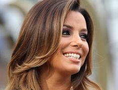 balayage caramel sur brune, Eva Longoria, coiffure simple et stylée, balayage sur cheveux bruns