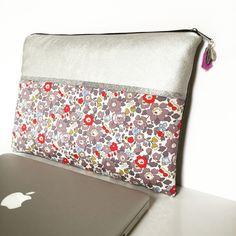Pochette Mac Book 13 pouces molletonnée en coton liberty of London Betsy porcelaine