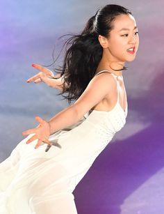 地元のスケートショーで華麗な演技を見せる浅田真央さん=名古屋市 (614×799)