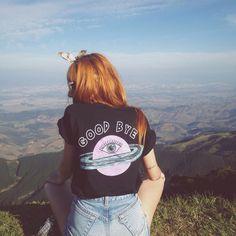 bom dia  nossa t-shirt Goodbye tem essa estampa musa nas costas e mini estampa de alien na frente  a @santosali combinou ela com hotpants jeans e divou !
