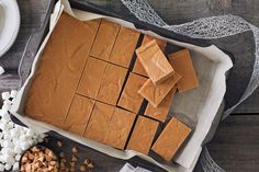 marshmallow treats Just 4 ingredients are needed to make these delicious No-Bake Peanut Butter Marshmallow Bars. These easy no-bake bars are sure to become a new family favourite. Dessert Parfait, Banana Dessert, Fudge Recipes, Baking Recipes, Dessert Recipes, Healthy Recipes, Vegan Protein Bars, High Protein, Caramel