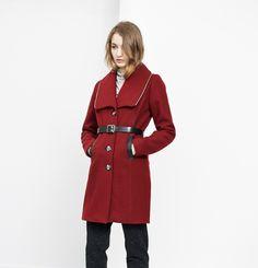 Manteau Leonie Marilyne Baril 549.00 $  Leonie est un manteau structuré avec une épaulette en lainage et un pli d'aisance au bas du dos. Il a un simple boutonnage à l'avant, des poches en cuir aux hanches et un joli constrate de zippers métalliques autour du col et au centre dos. Son melton est fabriqué au Québec.  80% laine 20% nylon Doublure imprimée Créé et fabriqué à Montréal