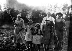 Slåtterarbete 1923. Från höger: Adrian Adamsson, hans hustru Hulda, döttrarna Göta och Anna samt pigan som har ett okänt namn.
