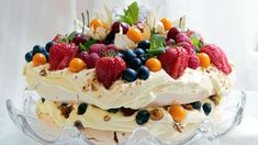 Pavlova with orange cream, caramelized hazelnuts and berries - Godt.no - find something good to eat No Bake Desserts, Delicious Desserts, Yummy Food, Sweet Recipes, Cake Recipes, Dessert Recipes, Pavlova Cake, Norwegian Food, Norwegian Recipes