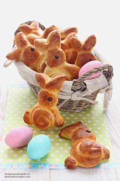 Brioche bunnies for Easter – Easter Easter Lunch, Easter Party, Easter Egg Crafts, Easter Treats, Bread Display, Italian Easter Bread, Bread Shaping, Biscotti Cookies, Easter Dinner Recipes