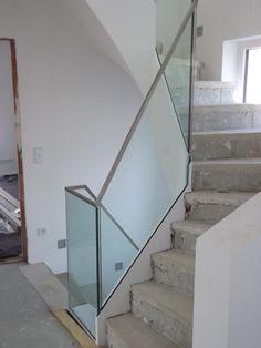 Glasgeländer ist fertig eingebaut - nun fehlt noch der Fußbodenbelag