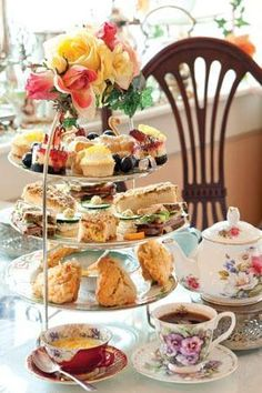 A Hotbed for Tea - Tea Time Magazine.= love the fresh roses on the top of the cake stand Brunch, Tea Time Magazine, Tee Sandwiches, Tea And Crumpets, Pause Café, Afternoon Tea Parties, Cream Tea, Tea Recipes, High Tea