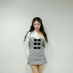 BLACKPINK's Jennie is a visual queen, who's well-known for her incredible taste in style! Here are times Jennie showed off her shoulder line in outfits! Stage Outfits, Kpop Outfits, Korean Outfits, Cute Outfits, Blackpink Jennie, Blackpink Fashion, Korean Fashion, Fashion Outfits, Moda Kpop