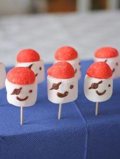 DIY marshmallows pirates (via wonderfulbreizh.fr) Plus Pirate Birthday, Pirate Theme, Cake Pops, Bolo Original, Marshmallow Pops, Marshmallows, Happy B Day, Camping Crafts, Food Humor