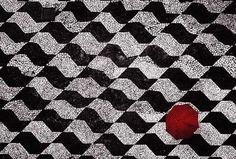 Foto artística de Filipe Araújo (sobre calçada em mosaico português, que reproduz mapa de SP em preto e branco)